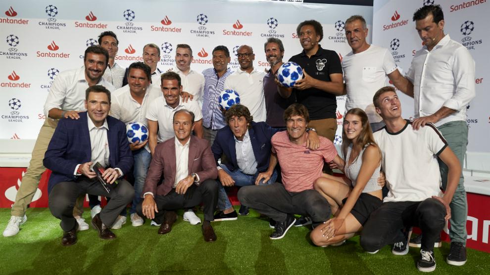 Los 14 exjugadores, este jueves en el Wanda Metropolitano