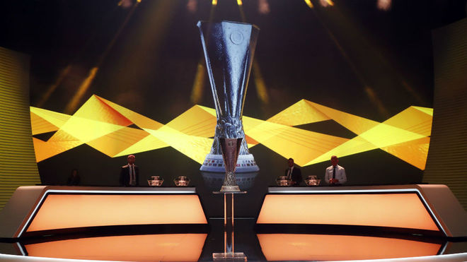La Copa de la Europa League, antes del sorteo de este viernes.