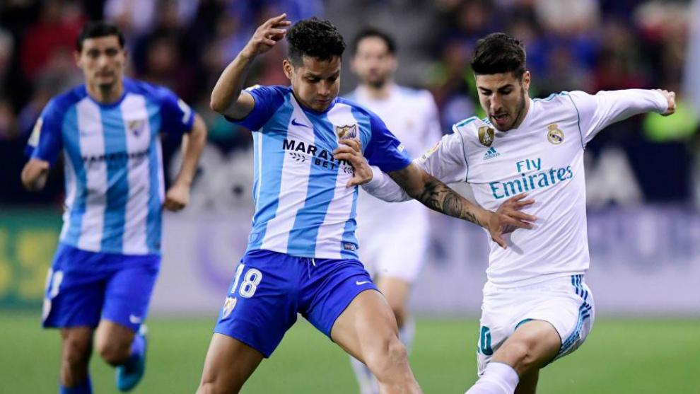 Rosales, pugna con Asensio en un Málaga-Real Madrid.