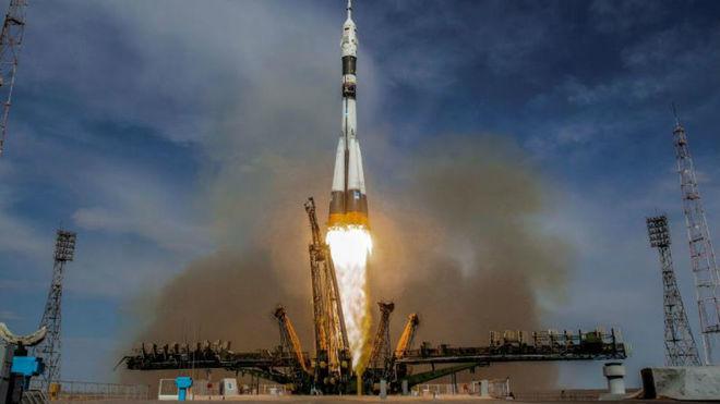 Cosmonautas subsanan fuga de aire en el segmento ruso de la EEI