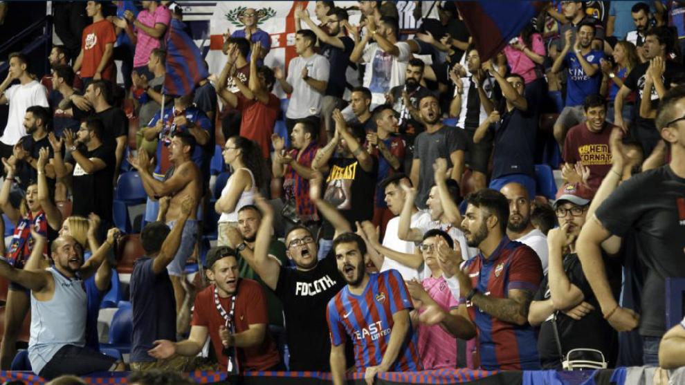Aficionados del Levante el pasado lunes por la noche en el partido...