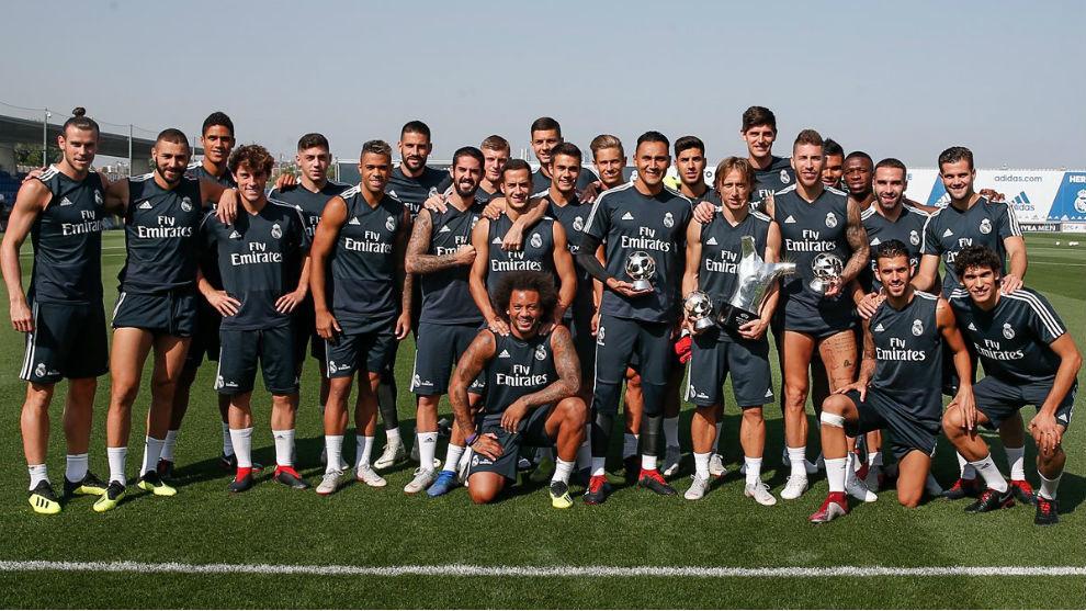 La plantilla del Madrid posa con los trofeos de la UEFA