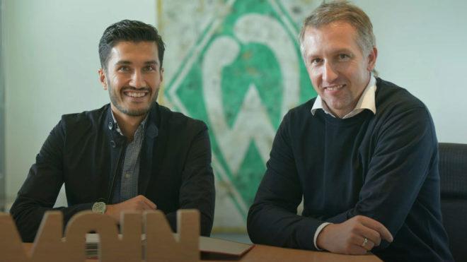 Sahin posa tras firmar con el Werder Bremen.
