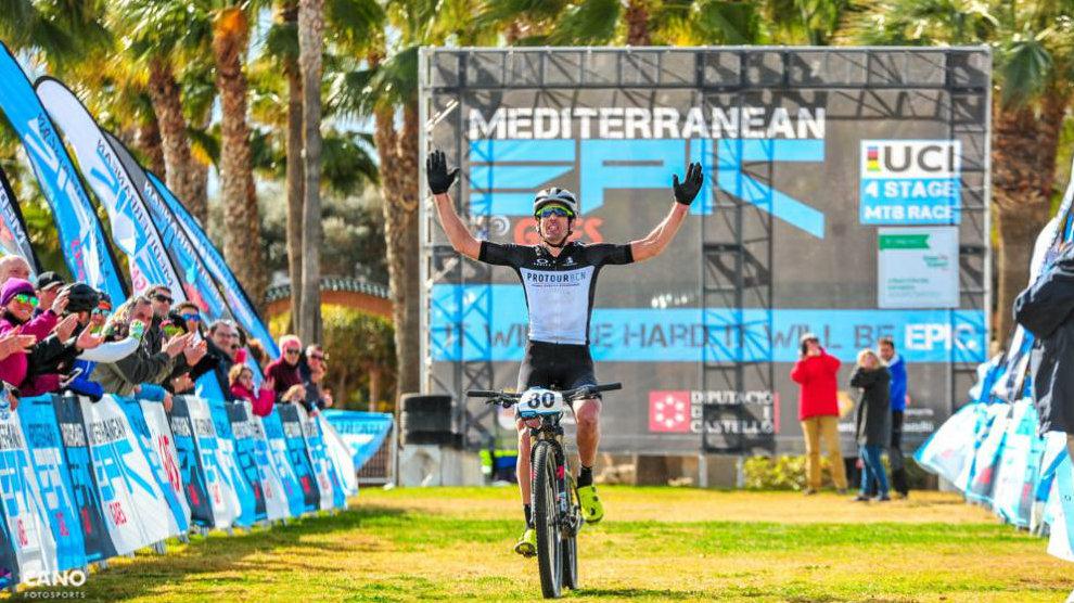 Un ciclista llega a meta durante la Mediterranean Epic.