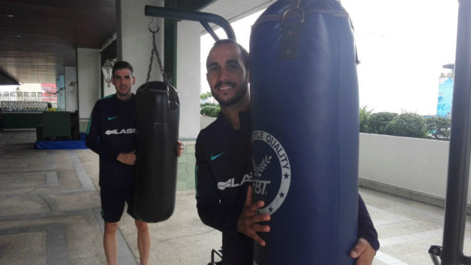 Adri Ortego y Boyis posan junto a unos sacos de boxeo.