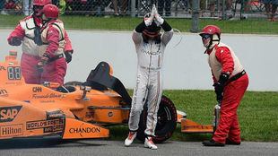 Alonso, en el momento de abandonar en las pasadas 500 Millas de...