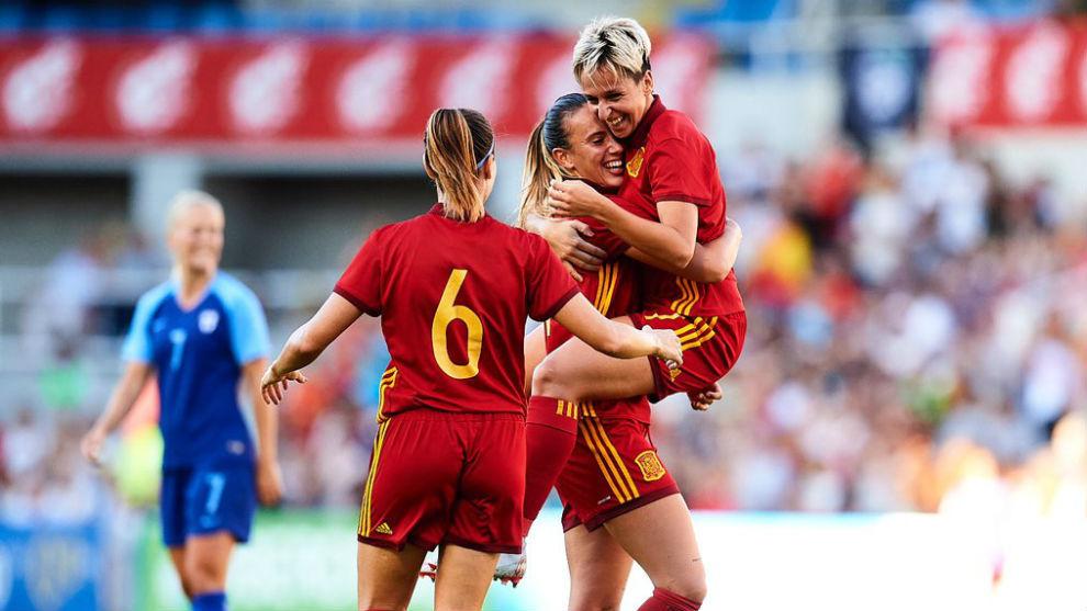 Marta Corredera y Viorginia Torrecilla se abrazan tras el primer gol...