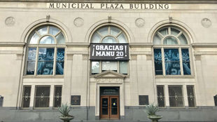 El ayuntamiento de San Antonio con una pancarta de agradecimiento para...