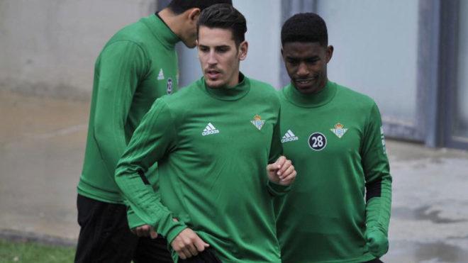 Álex Alegría, junto a Junior, en un entrenamiento del Betis.