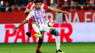 Chris Ramos controla en un balón en el partido frente al Girona.