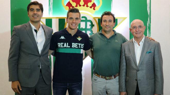 Lo Celso, junto a la Comisión Deportiva del Betis.