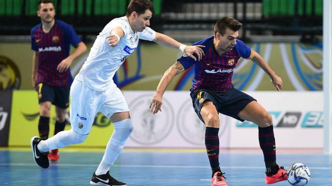 Darlan trata de robar un balón ante Sergio Lozano.
