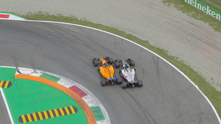 Momento en el que Alonso pasa a Magnussen en la curva 1, tras ser...
