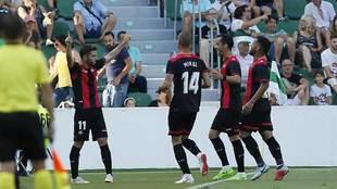 Fran Carbiá celebra con sus compañeros el primer gol del Reus en...