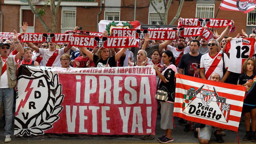 """Aficionados rayistas sostienen una pancarta con el lema """"Presa vete..."""