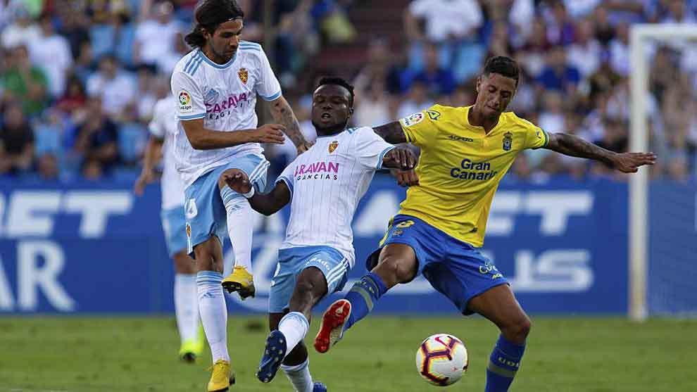 Igbekeme y Maikel Mesa pelean por un balón en La Romareda