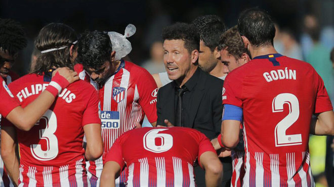 Simeone talking to his players.