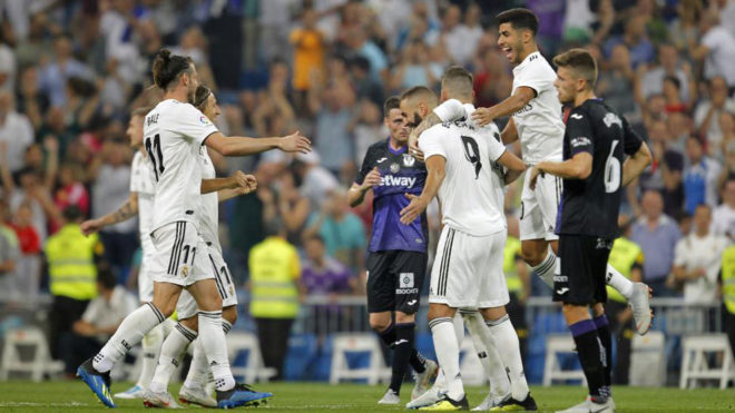Asensio celebra el primer gol de Benzema.