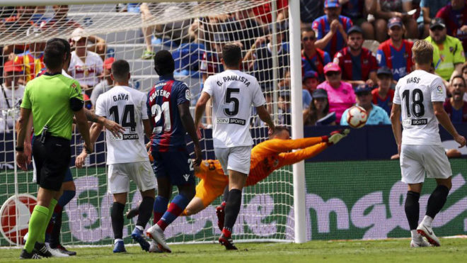 Neto blocks a ball during Levante vs Valencia