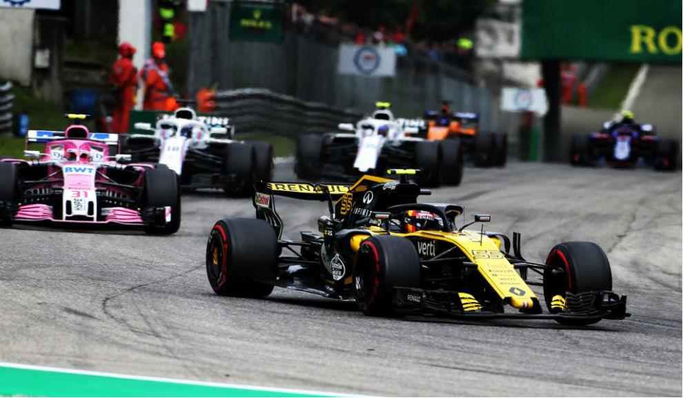 Carlos Sainz, por delante de Ocon en Monza.