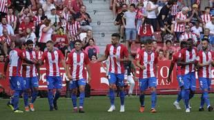 Los jugadores del Sporting celebran el gol de Carmona, primero al...
