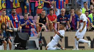 Cucho celebra el gol en el Camp Nou.