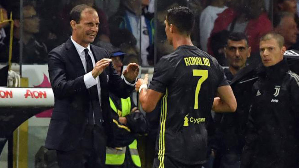 Massimiliano Allegri speaks to Juventus' Portuguese forward Cristiano...