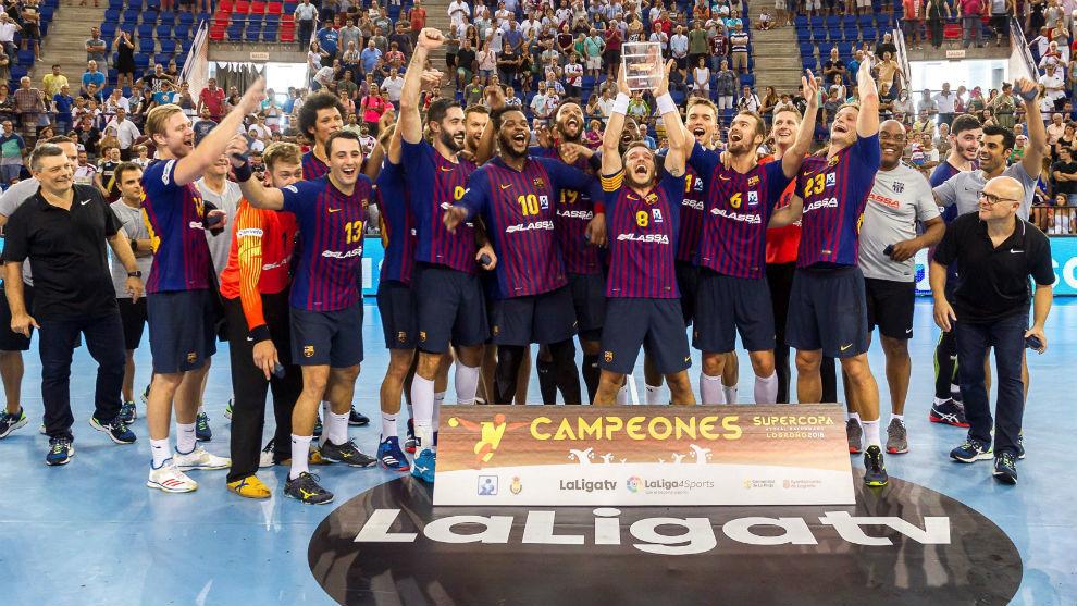 La plantilla barcelonista celebrando un nuevo triunfo en la Supercopa...