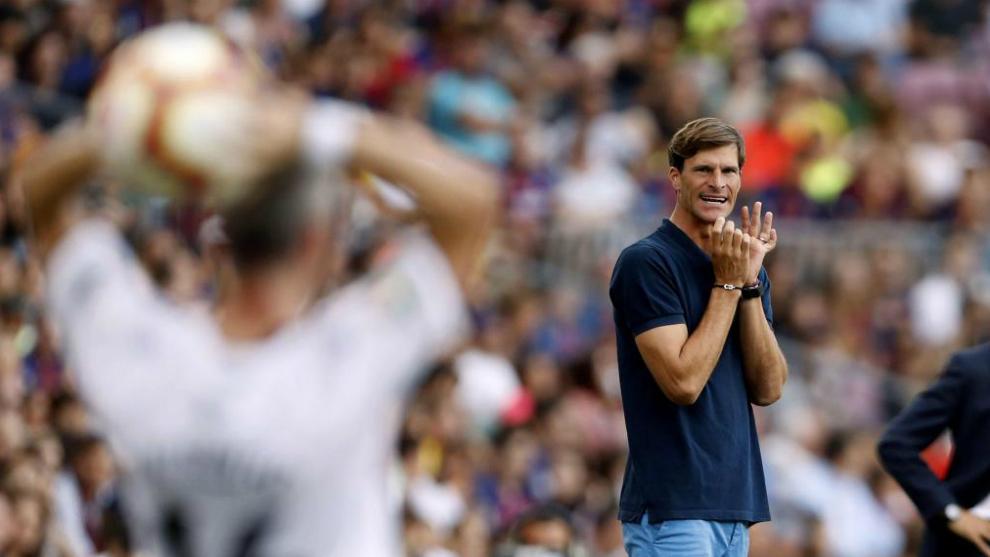 Leo Franco, en el área técnica del Camp Nou.