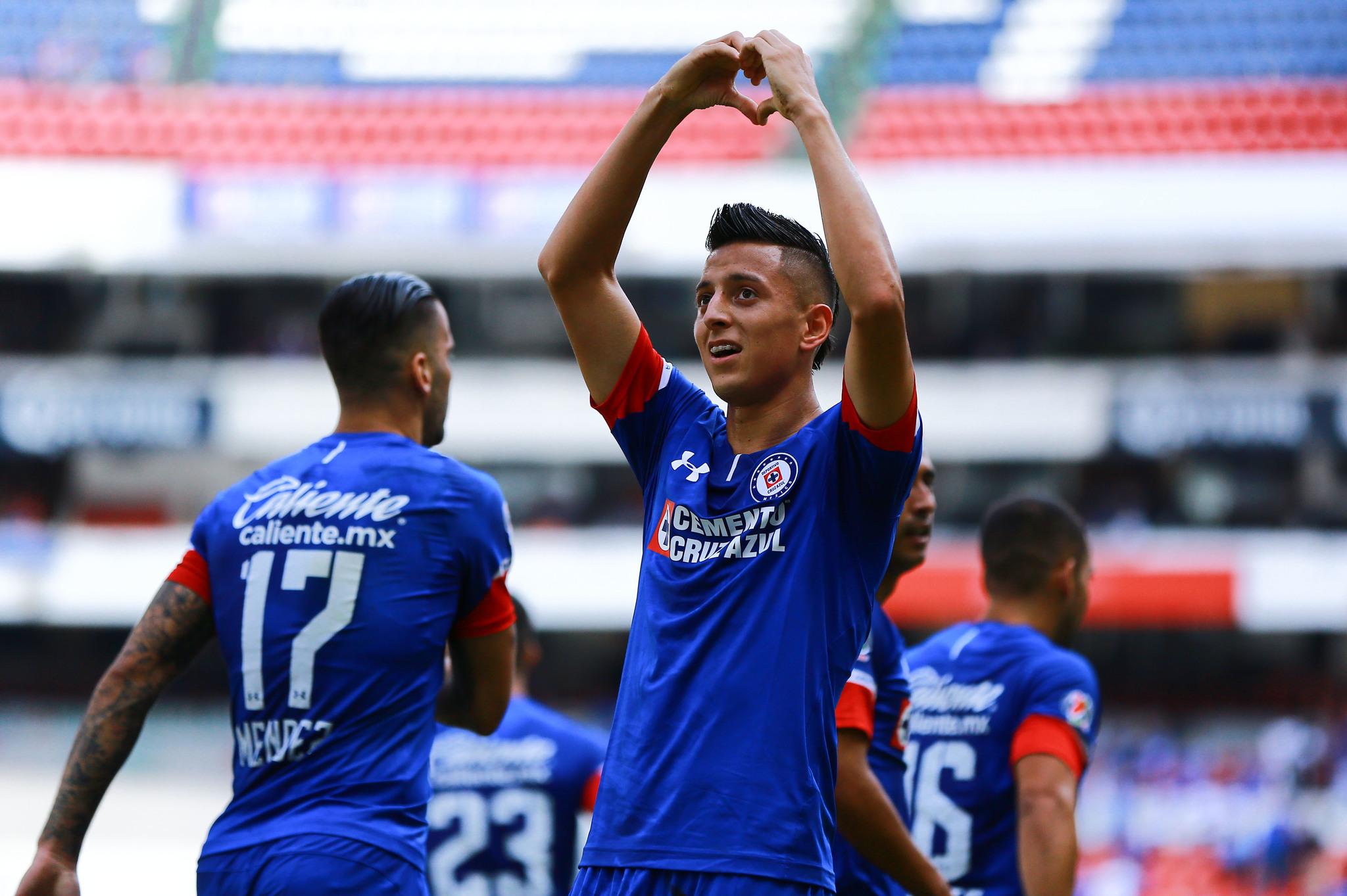 Cruz Azul goleó a los Tiburones Rojos del Veracruz en la cancha del Estadio  Azteca. Los jugadores celestes Roberto Alvarado y Elías Hernández tuvieron  una ... 1fab47e774f13