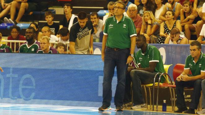Luis Casimiro dirigiendo al Unicaja en el Circuito Movistar