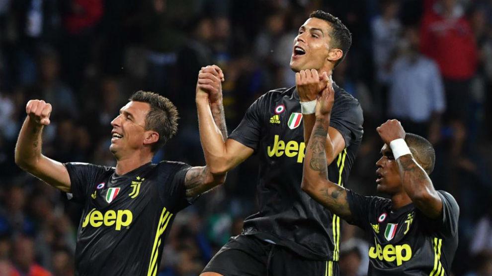 Cristiano Ronaldo celebra con Mandzukic y Douglas Costa la victoria...
