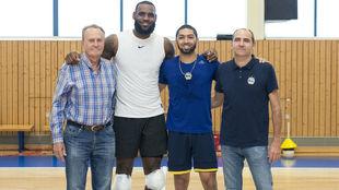 LeBron James junto a Aíto García Reneses, Peyton Siva e Himar Ojeda