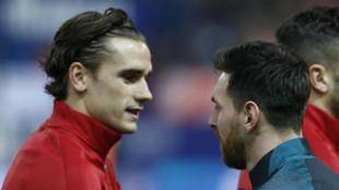 Antoine Griezmann y Leo Messi se saludan