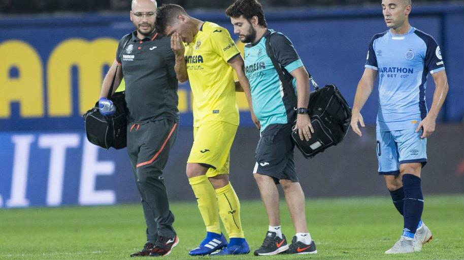 Santiago Cáseres se retira lesionado durante el Villarreal - Girona.