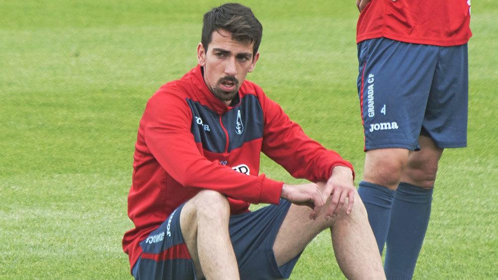 Isaac Cuenca, durante un entrenamiento con el Granada, su último club...