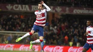 Isaac Cuenca celebra un gol con el Granada, su último equipo en...
