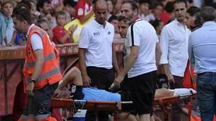 Borja García abandona en camilla el campo y con claros gestos de...