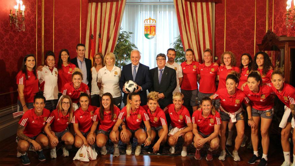 Las internacionales españolas posan en su visita al Palacio del...