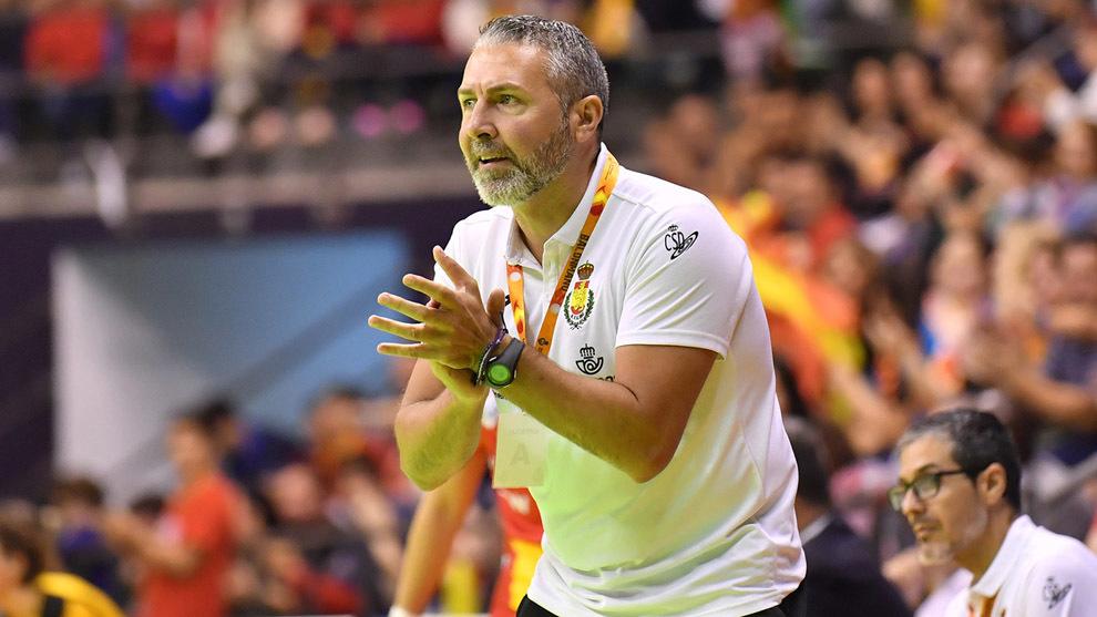 El seleccionador Carlos Viver durante un partido con las 'Guerreras'