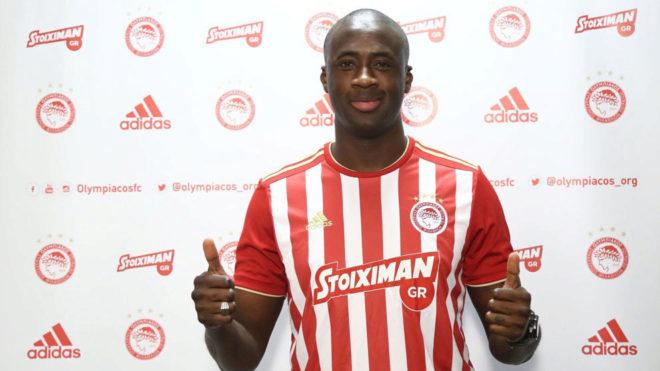 Touré posa con la camiseta de Olympiacos.