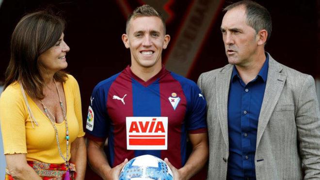 Marc Cucurella, junto a la presidente del Eibar, Amaia Gorostiza, y el...