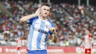 Jack Harper celebra su gol en Almería llevándose la mano a la oreja