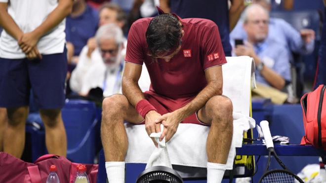 Federer se lamenta durante el descanso.