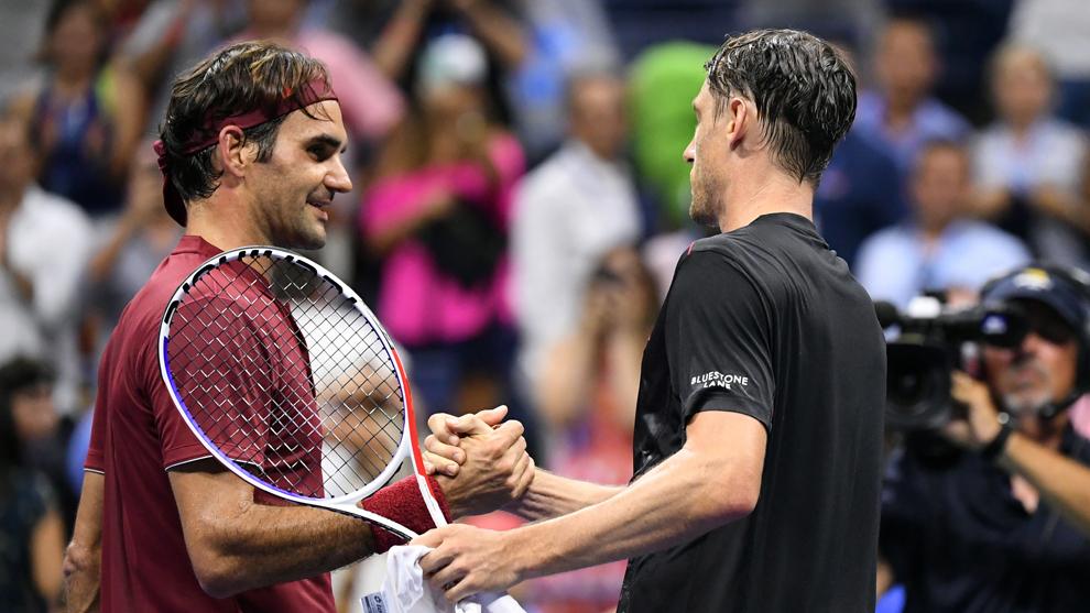 Federer felicita a Millman por su victoria.
