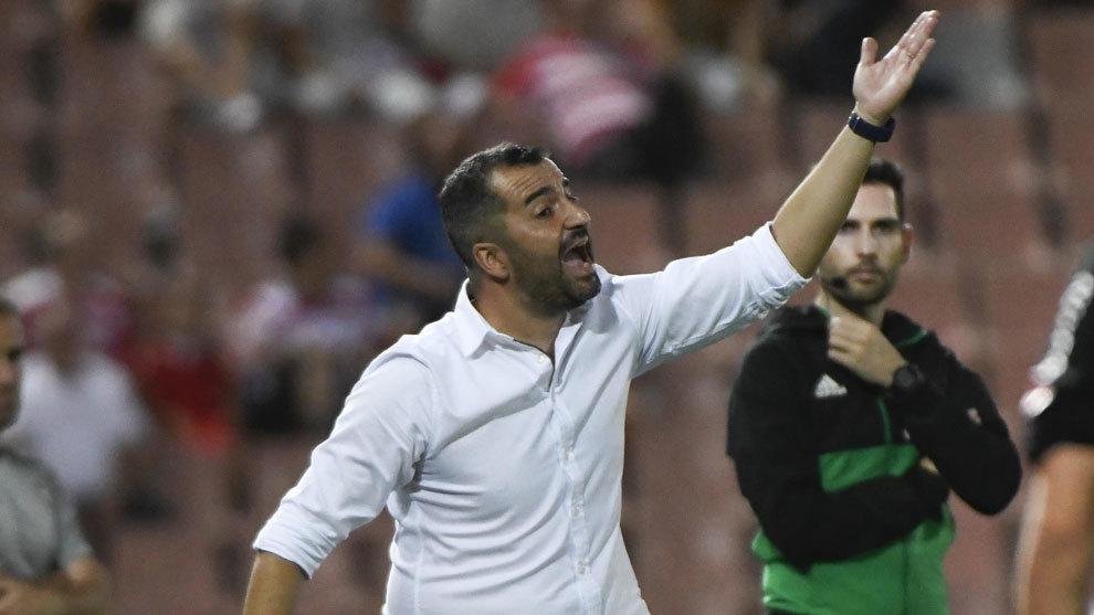 Diego Martínez dando indicaciones a sus jugadores.