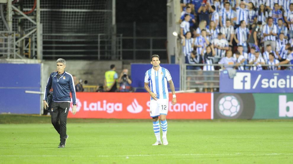 Willian José retirándose del terreno de juego en el duelo contra el...