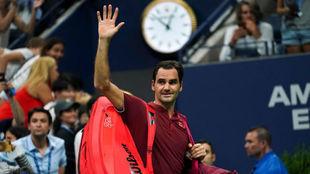 Federer saluda al público
