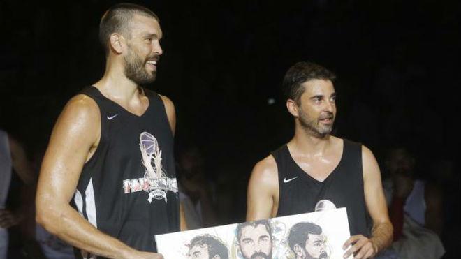Marc Gasol y Juan Carlos Navarro durante el partido entre amigos de...