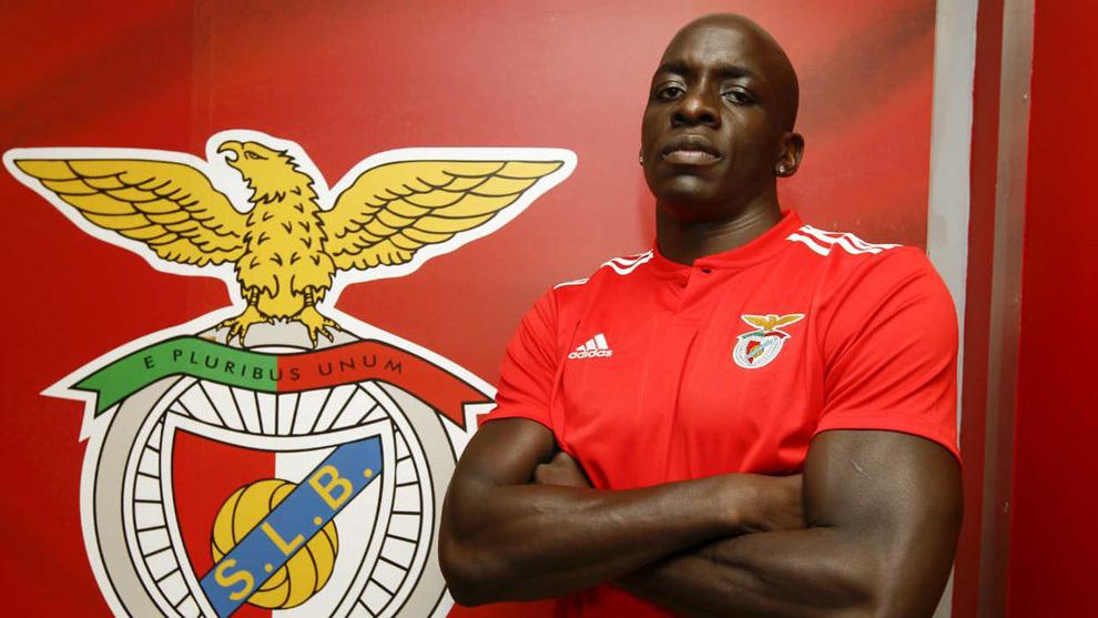 Kévynn Nyokas posa con la camiseta del Benfica